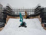 大雪像の雪は、遠方から新雪を運搬して制作しています