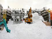 型枠の中に重機で雪を詰め込む様子はまるで工事現場です