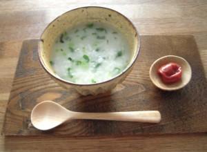 七草粥とは、一年の無病息災を願って春の七草などを入れて食べるお粥です