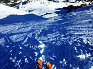スキー指導員の滑り方をマネして練習を積み重ねます