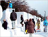 一般市民も製作に参加でき市民雪像と呼ばれています