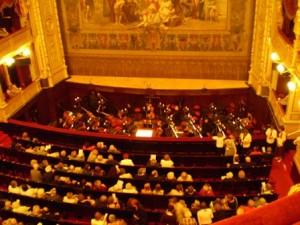 オーケストラピットの狭い空間で楽員たちは演奏します