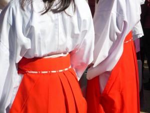 今宮戎神社では福娘が笹をくれたり吉兆を笹に付けてくれる
