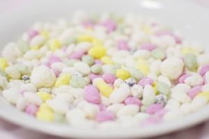 関東のひなあられは、米粒を弾かせたポン菓子です。