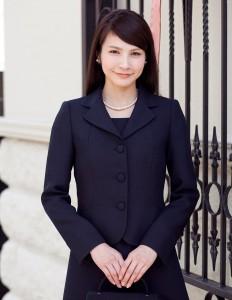 紺色スーツがあれば各種学校行事やお出かけにと便利です