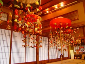 酒田市では傘に天幕を張り糸をかけて布製人形をつるす