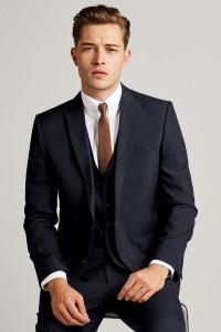 入学式や入園式の父親のスーツ色は、ダーク系が基本です