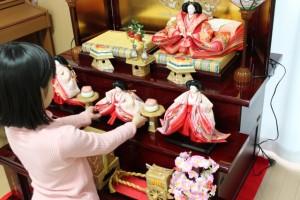 雛人形の片付けは面倒でも手袋をはめるようにしよう