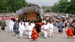 葵祭は毎年2万人近くの人が訪れる大人気のお祭りです