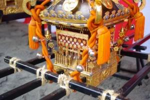 浅草三社祭では、お神輿を荒荒しく振り回すのが恒例です